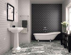 carrelage métro blanc et noir dans la salle de bains au charme rétro décorée d'un carrelage de sol patchwork en blanc, noir et gris