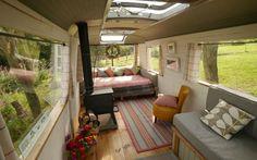 Conheça a incrível casa construída a partir de um ônibus velho