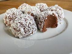 Dessa Delicatobollar blir lika krämiga som färdigköpta. Men innehåller bättre ingredienser och är betydligt godare! Perfekt till Chokladbollensdag 11 maj! Best Dessert Recipes, No Bake Desserts, Raw Food Recipes, Baking Recipes, Delicious Desserts, Cake Recipes, Swedish Recipes, Bagan, Vegan Sweets