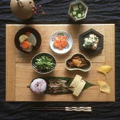 * 2015.12.22 Tue ☀︎ * 代わり映えのしない常備菜と残りものも 名古路英介さんの端ばめ折敷で ちょっと格式高く見せ掛けたい ごまかし朝ごはん。 ・ ・ししゃものみりん干し ・たまご焼き ・和風ポトフ ・海老とブロッコリーとたまごのデリサラダ ・水菜の柚子胡椒和え ・にんじんの味噌マリネ(ごちそうマリネより) ・松前漬け(市販品) ・オクラと茗荷と豆腐のお吸い物 ・ 今年もあと10日…早いなぁ。 喪中やしお正月らしいこと するつもりは無いけど 松前漬けだけは作るつもり◎ こうちゃんも大好物やったからね。 ちにみに大掃除の進捗0%です ・ #高島大樹 #石川裕信 #折居ゆか #名古路英介 #古道具 #骨董 #アンティーク食器 #うつわ #器 #豆皿 #豆皿ごはん #豆皿朝ごはん #豆皿シリーズ #豆皿御膳 #kurashiru #kaumo #instafood #japanesefood #foodpic #foodstagram #foodphoto