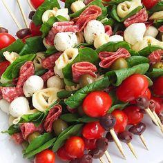 Gezellig voor vanavond bij de borrel 😀 Rijg op een satestokje een olijf, snoeptomaatje, blaadje spinazie, salami light, bolletje mozzarella…