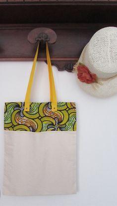 Borsa in tela di cotone e stoffa africana, shop bag stoffa africana, wax africano color verde arancio giallo con manico giallo. Pezzo unico.