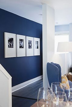 Black and white Photos, large frames and dark blue walls! xx Navy muir / grote listen / paspartout / grafisch / black & white / portretten decor blue walls 4 Affordable Ideas : How to Decorate a Rental House / Apartment Blue Accent Walls, Navy Blue Walls, Navy Blue Rooms, Navy Blue Living Room, Painting Accent Walls, Blue Living Room Paint, Dark Blue Bedrooms, Flur Design, Home And Deco
