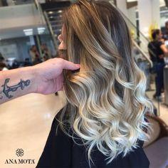 "49 curtidas, 2 comentários - Ana Mota Cabeleireiros (@anamotacabeleireiros) no Instagram: ""Loiro pérola com degradê suave + corte para linda @mowalicheki, by @fael.nery  #anamota #ombrehair…"" Balayage Color, Blonde Balayage, Long Bob Ombre, Cool Hair Color, How To Make Hair, Great Hair, Hair Designs, Hair Goals, New Hair"