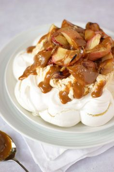Want to learn how to make a pavlova? Here's a simple recipe for an easy and delicious Salted Caramel & Apple Autumn Pavlova dessert. With salted caramel sauce and caramelised, oven roasted apples. via Taming Twins simple recipes Apple Recipes, Fall Recipes, Gourmet Recipes, Cooking Recipes, Gourmet Foods, Köstliche Desserts, Delicious Desserts, Dessert Recipes, Yummy Food