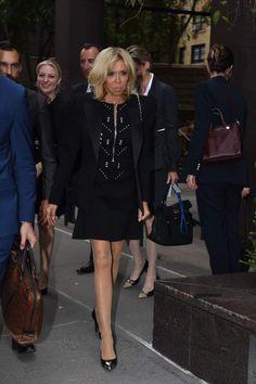 Brigitte Macron très chic en robe courte noire et escarpins Vuitton