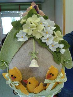 uovo con pulcini e fiorellini primavera