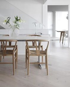 The smell of lilies liljer spisestue diningarea skandinaviskehjem wishbonechair danskdesign hanswegner Kos Hotel, Dining Area, Dining Table, Ikea Bookcase, Hm Home, Wardrobe Solutions, Ikea Sofa, Furniture Legs, Decor Interior Design