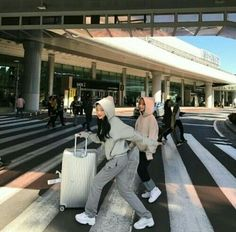Ya emang dasar nya udh begini mau di gimana in lg 😁 Cute Friend Pictures, Best Friend Pictures, Korean Best Friends, Best Friends Aesthetic, Applis Photo, Cute Friends, Best Friend Goals, Travel Aesthetic, Travel Pictures