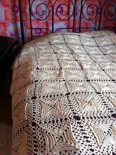 Vintage gehaakte sprei met vierkanten by FunkyFriday via DaWanda/ crotched bedding gorgeous