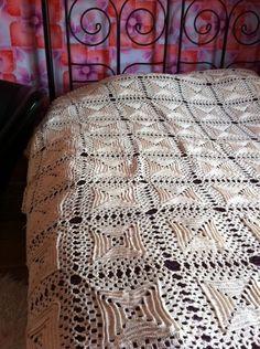 Vintage gehaakte sprei met vierkanten by FunkyFriday via DaWanda/ crotched bedding gorgeous