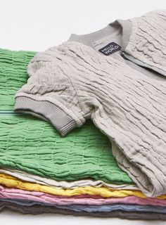 Babyschlafsack aus Bio-Baumwolle, GOTS zertifiziert (Größe 62/68)    Die GOTS-zertifizierten Schlafsäcke von Imps&Elfs sind etwas ganz besonderes und einfach zauberhaft schön. Außen sind sie aus gerafftem, weichem Baumwoll-Mullstoff, innen aus fließend weicher, fein gewebter Baumwolle. Am Hals und an den kurzen Ärmelchen schließt der Schlafsack mit Baumwollbündchen ab. Oben, wo der Reißverschluss eingenäht ist, ist eine kleine Tasche, so dass alles weich gepolstert ist und der…