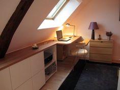 Installé le long du mur, le placard se prolonge et devient un bureau contemporain en bois, utilisant, là encore, tout l'espace disponible au sol de la chambre. Dans les deux chambres, la moquette a ... #maisonAPart