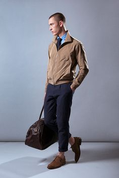 Look Eduardo Rivera con chaqueta, pantalón de lino y bolsa de piel. #fashionmen #menswear #cute #stylish