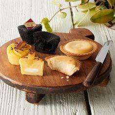 3種類のスイーツを詰合わせました。なると金時レアチーズポテト:徳島県産「なると金時」芋のなめらかなスイートポテトでチーズクリームを包みました。とろけるショコラ木頭ゆず:濃厚なショコラ生地で徳島特産「木頭ゆず」のコンフィチュールを包みました。チーズタルト:北海道産クリームチーズを使用したチーズタルトです。