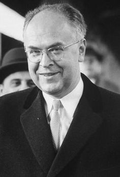 In Cuba brak een crisis uit en Anatoli Dobrynin heeft hem opgelost . Hij was een ambassadeur.