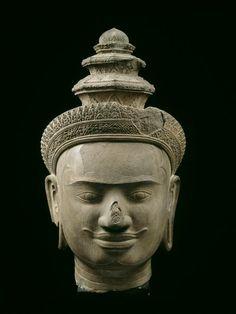 Tête de Vishnou. Phnom Bok (privince de Siem Reap), style du Bakheng, fin du IXe-début du Xe siècle, grès. Paris, Musée Guimet.