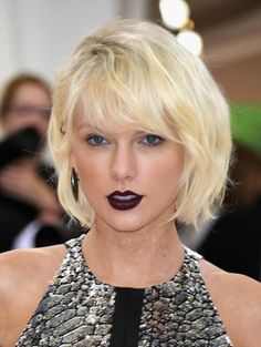 Pin for Later: Dunkler Lippenstift war das Must-Have bei der Met Gala Taylor Swift