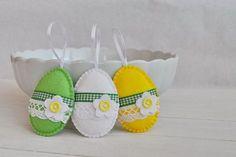 Vajíčka s kytičkou - sada 3 ks / Zboží prodejce Luccido Felted Wool Crafts, Felt Crafts, Spring Crafts, Holiday Crafts, Easter Egg Pattern, Easter Cross, Easter Tree, Hoppy Easter, Felt Fabric