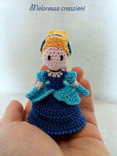 Bambola amigurumi in miniatura OOAK fatta a mano all'uncinetto in filo di Scozia.Bomboniera,gadgets,bambola da collezione.