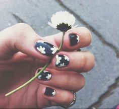 daisies nails
