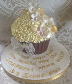 Gold & Cream - by Alison's Bespoke Cakes @ CakesDecor.com - cake decorating website