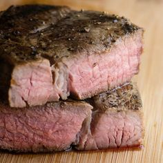 how to make the perfect medium rare steak - sous vide cooking. It's easy to make and tastes amazing - This Sous vide Steak is the only steak recipe I will ever make again! Roast Recipes, Grilling Recipes, Cooking Recipes, Cooking Courses, Cooking Tools, Sous Vide Steak Recipe, Sous Vide Cooking, Cooking Steak, Cooking Hamburgers
