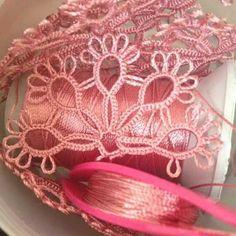 En Yeni Mekik Oyası Modelleri 2017 45 Needle Tatting, Tatting Lace, Tatting Patterns Free, Baby Applique, Tatting Tutorial, Tambour Embroidery, Tatting Jewelry, Bobbin Lace, Beautiful Crochet