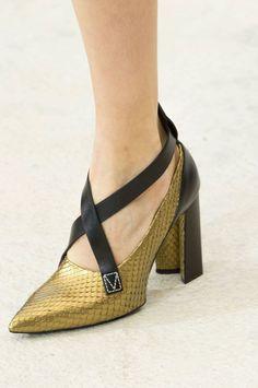 Escarpins en python doré à lanières Louis Vuitton 2017