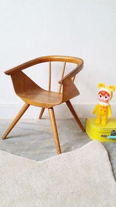 """La petite sœur de la chaise pot ! Tout en bois courbé, cette petite chaise est tout simplement magnifique... A marier avec la petite table Baumann bleu <em>mon petit meuble</em> pour obtenir un joli petit bureau ou bien à installer dans le salon pour que votre petit bout participe à tout ?... à vous de choisir ! <h2><img alt=""""oiseau-mon-petit-meuble"""" src=""""http://cluster013.ovh.net/~monpetitt/wp-content/uploads/2014/01/oiseau-mon-petit-meuble.jpg"""" width=""""45"""" height=""""48"""" /> Too late ..."""
