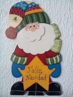 Colacho Navideño en madera country con aplicaciones, pintura, escarchado y textura.