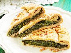 Foto della torta salata con erbette campoPer l'impasto  Farina debole : 500 g Strutto : 100 g Bicarbonato di sodio : q.b. Sale : q.b.  Per la farcia  Erbette di campo mondate : 1 kg Parmigiano grattugiato : 150 g Aglio : 1 spicchio Cipollotti : 2  Olio extravergine di oliva : q.b. Sale : q.b. Pepe : q.b.  Serviranno in aggiunta  Tortiera rotonda a cerniera da 24 cm di diametro : 1  Pancetta dolce stagionata : q.b. Burro : q.b.  Preparazione 1Per l'impasto In una ciotola
