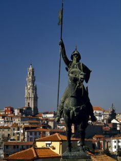 Estátua de VÍMERA PERES - (820-873) - galego responsável pelo povoamento das terras entre Douro e Minho, conquistadas aos mouros no séc. IX. Fundador de um pequeno burgo, junto à actual Braga, - (Vimaranis) - em nossos dias, GUIMARÃES. GUIMARÃES, berço do Condado Portucalense. ESTÁTUA em BRONZE - da autoria de SALVADOR BARATA FEYO - colocada na Calçada da Vandoma, junto à SÉ do Porto - Portugal.