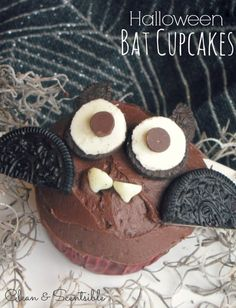 Halloween Bat Cupcakes. These make a fun Halloween treat and are quick and easy to decorate. Great projects to do with the kids!