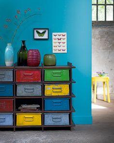 De meestkleurige kast werd gemaakt met oude Phillips-kratten. De primaire kleuren blauw, rood en geel combineren vrolijk met de rest.