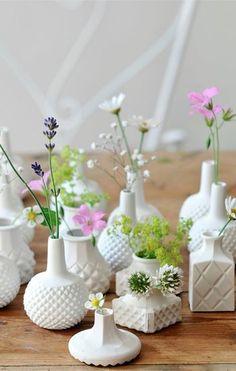 デザインはバラバラでも、色を揃えてあげると一気にまとまり感が出ますね。白い花器には、カラフルな花が映えます。