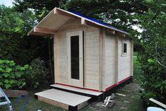 De Interflex 2335S houten buitensauna is een sauna voor mensen met een bewust energieverbruik. De Interflex 2335S buitensauna gemaakt van 50mm dik geïsoleerd Scandinavisch vurenhout en heeft het een binnen- en buitendeur met isolatieglas. Hierdoor warmt de saunaruimte sneller op en kun je dus nog sneller gebruik maken van een verwarmde sauna. Het Finse saunahuis is voorzien van een voorruimte die je kunt gebruiken om af te koelen of om te kleden. #klantfoto #buitensauna Vestibule, Ramen, Shed, Outdoor Structures, Barrel Roll, Woodwind Instrument, Barns, Sheds