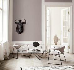 Een huis met klassieke elementen, door het frisse wit én de stijl vd meubelen oogt het geheel toch modern