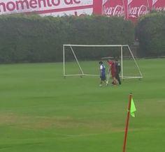 Guerrero sente lesão em jogo-treino do Peru e deixa o gramado de muletas #globoesporte