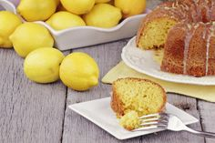 Un dolce soffice, dal profumo invitante e aromatico di limone. Provalo in tutte le sue versioni, da quella senza burro e uova, a quella