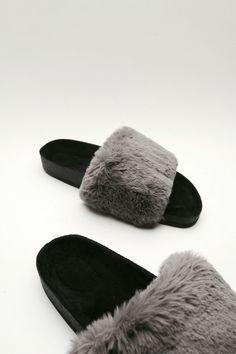 Plush slides. fur slides Velvet Slippers, Rubber Sandals, Cute Sandals, Fur Slides, Sock Shoes, Shoe Game, Summer Shoes, Lounge Wear, Justgirlythings