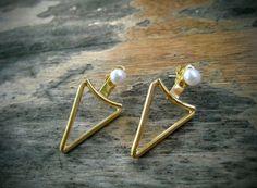 """Boucles d'Oreilles """"Ear Jackets"""" avec Perles blanches et Triangle en Argent Sterling plaqué Or 14 carats. Bouton d'oreille Pointe perle."""