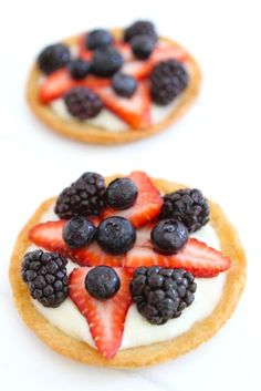 Mini dessert pizzas have a sugar cookie crust, cream cheese frosting, and are decorated with fresh fruit. These mini fruit pizzas are perfect for any party. Mini Desserts, Just Desserts, Delicious Desserts, Dessert Recipes, Yummy Food, Tart Recipes, Healthy Breakfast Bowl, Breakfast For Kids, 500 Calories