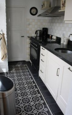 Mooie vloer in zwart / witte keuken