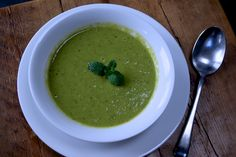 Pea, mint and lemon soup - 135 calories per seving and super quick and easy to make. Soup Recipes, Diet Recipes, Lemon Soup, 5 2 Diet, Food 52, Guacamole, Recipe Ideas, Soups