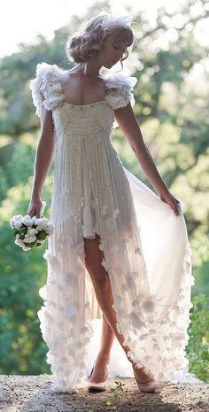 Harika bir gelinlik! Küçük beyaz tüylerden oluşan nikâh şekerleri olmalıydı... mini@minimasal.com #weddingfavors #nikahsekeri