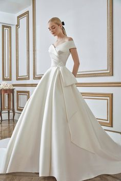 Minimalist Wedding Dresses, Classic Wedding Dress, White Wedding Dresses, Designer Wedding Dresses, Bridal Dresses, Wedding Gowns, Ceremony Dresses, Vogue Paris, Backstage