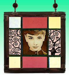 Audrey Hepburn, small Stained Glass Suncatcher, Kilnfired. For sale at the Etsy shop of Stained Glass Elements. Audrey Hepburn, Audrey Hepburn glas-in-lood, glas-in-loodportret, gebrandschilderd glas in lood, raamhanger, Audrey Hepburn glas, kado idee