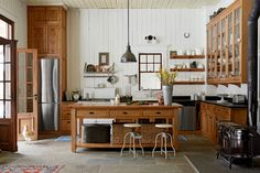 Cute kitchen decorating themes kitchen drawers,modular kitchen in small kitchen island with chairs,rustic white kitchen cabinets small country kitchen designs. Country Kitchen Interiors, Farmhouse Kitchen Lighting, Farmhouse Kitchen Island, Country Kitchen Designs, Interior Design Kitchen, Rustic Farmhouse, Farmhouse Small, Kitchen Decor Sets, Kitchen Ideas