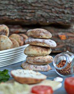 zaskoczyłam rodzinę i znajomych pysznym chlebem do grilla. Upiekłam podpłomyki...małe płaskie chlebki... podprawiłam na ostro…przepis na podpłomyki do grilla Polenta, Crepes, Barbecue, Pancakes, Grilling, Picnic, Bakery, Recipies, Muffin